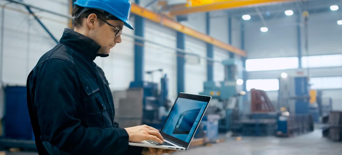 Ingeniero trabajando en el diseño 3d de una pieza de metal